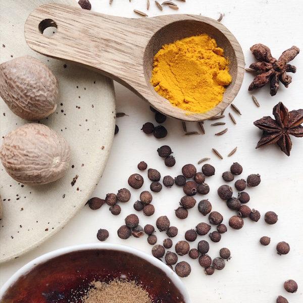 Ayurvedische Gewürze können so viel mehr, als nur Gerichte schmackhaft machen. Sie haben eine kraftvolle Wirkung!