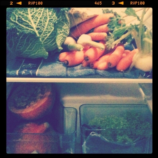 Ein Kühlschrank voll mit gesundem Gemüse