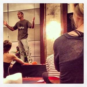 Der Yogalehrer Bryan Kest bei der Yoga Conference Köln