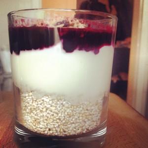mit Yoghurt und Früchten