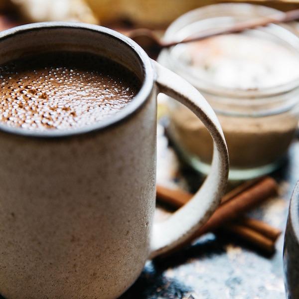 Dieser ayurvedischer Smoothie mit Kakao, Kokos und Avocado hat eine wunderbar wärmende Energie, die dich bis mittags satt hält. Dazu ist er zuckerfrei und gesund!
