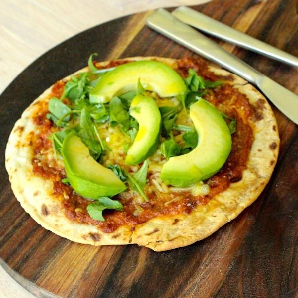 rezept vegane chapati pizza mit tomatenpesto rucola avocado. Black Bedroom Furniture Sets. Home Design Ideas
