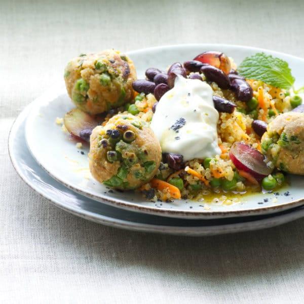 Rezept: Linsen-Erbsenbällchen auf Quinoa-Bohnen-Salat (vegan)