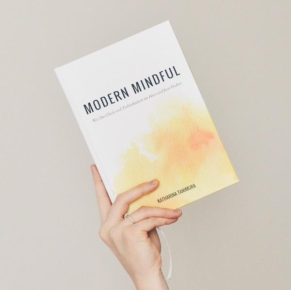Hochgeladen zuBuchtipp: Modern Mindful - wie du Glück und Zufriedenheit im Hier und Jetzt findest