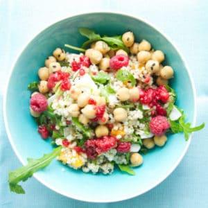 Essen vor & nach dem Yoga: Energiebällchen & ein Perlgraupensalat mit Kichererbsen und Himbeerdressing
