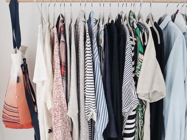 Minimalismus im Kleiderschrank macht einfach happy