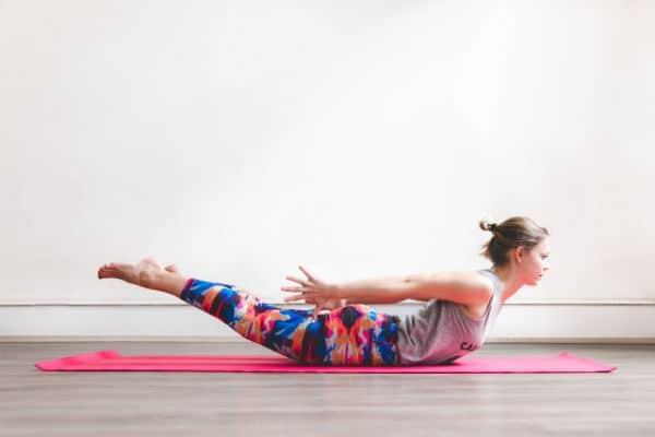 Die Heuschrecke stärkt Deinen unteren Rücken und öffnet Deinen Brustraum